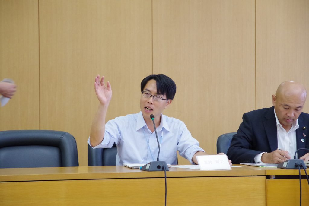 まちづくり委員会にて質疑を行う松村としお市議