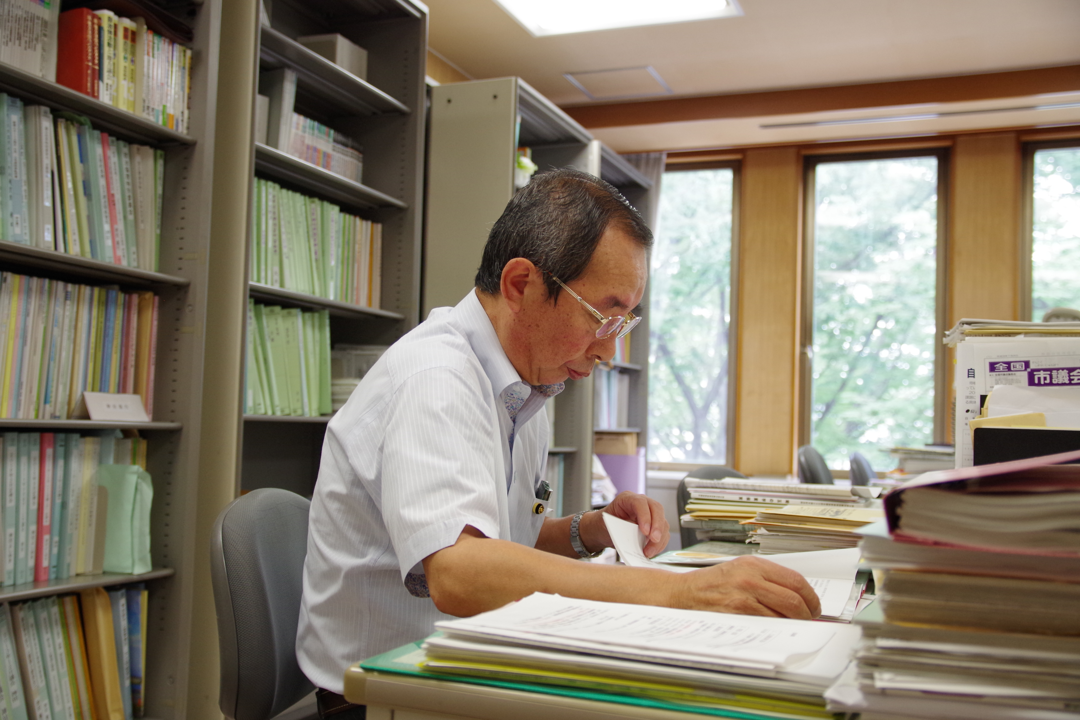 資料を精査する神田市議