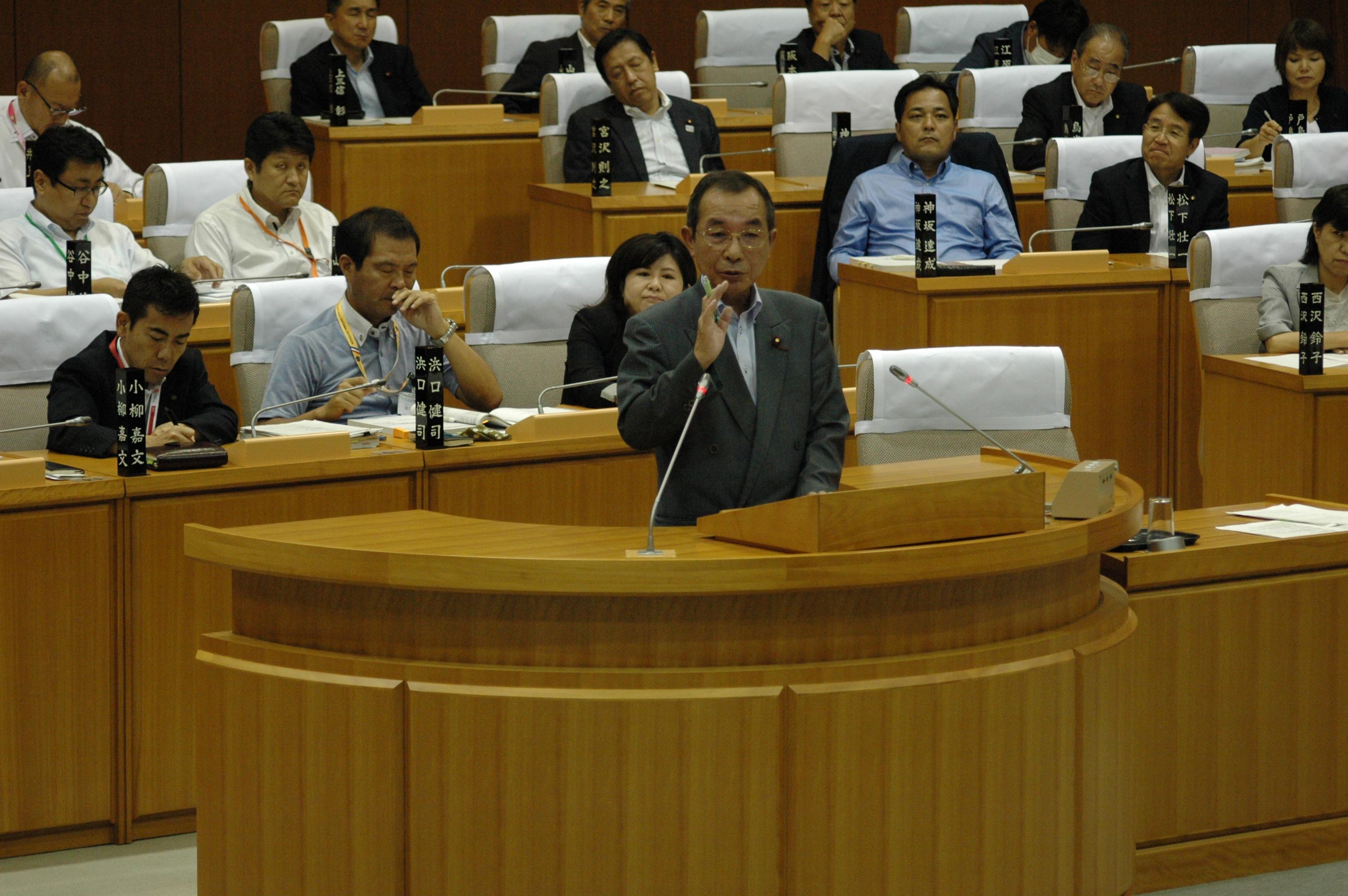 代表質問にて市当局を厳しく追及する神田よしゆき市議