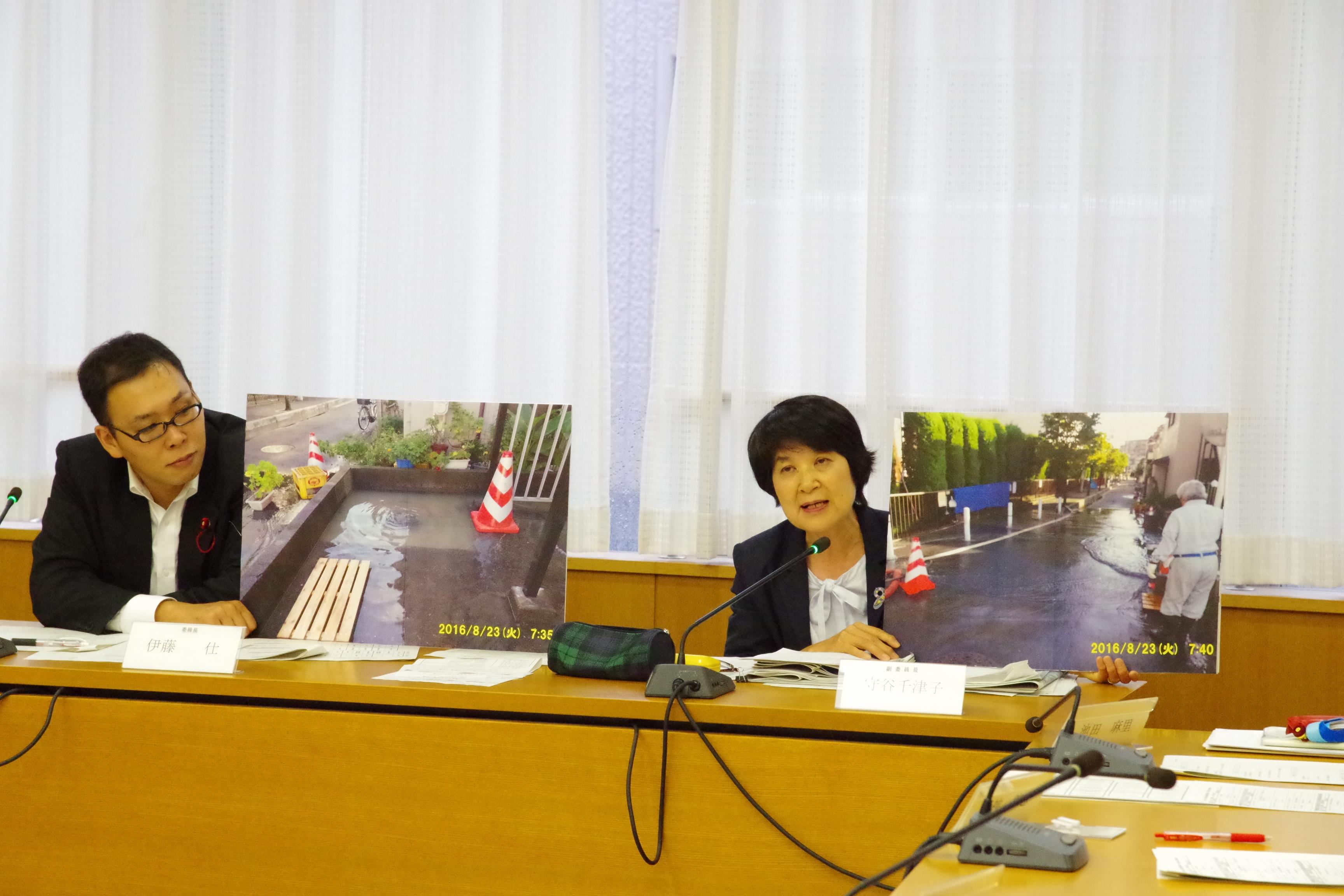 南区の水害現場の様子をパネルで説明するもりや千津子市議