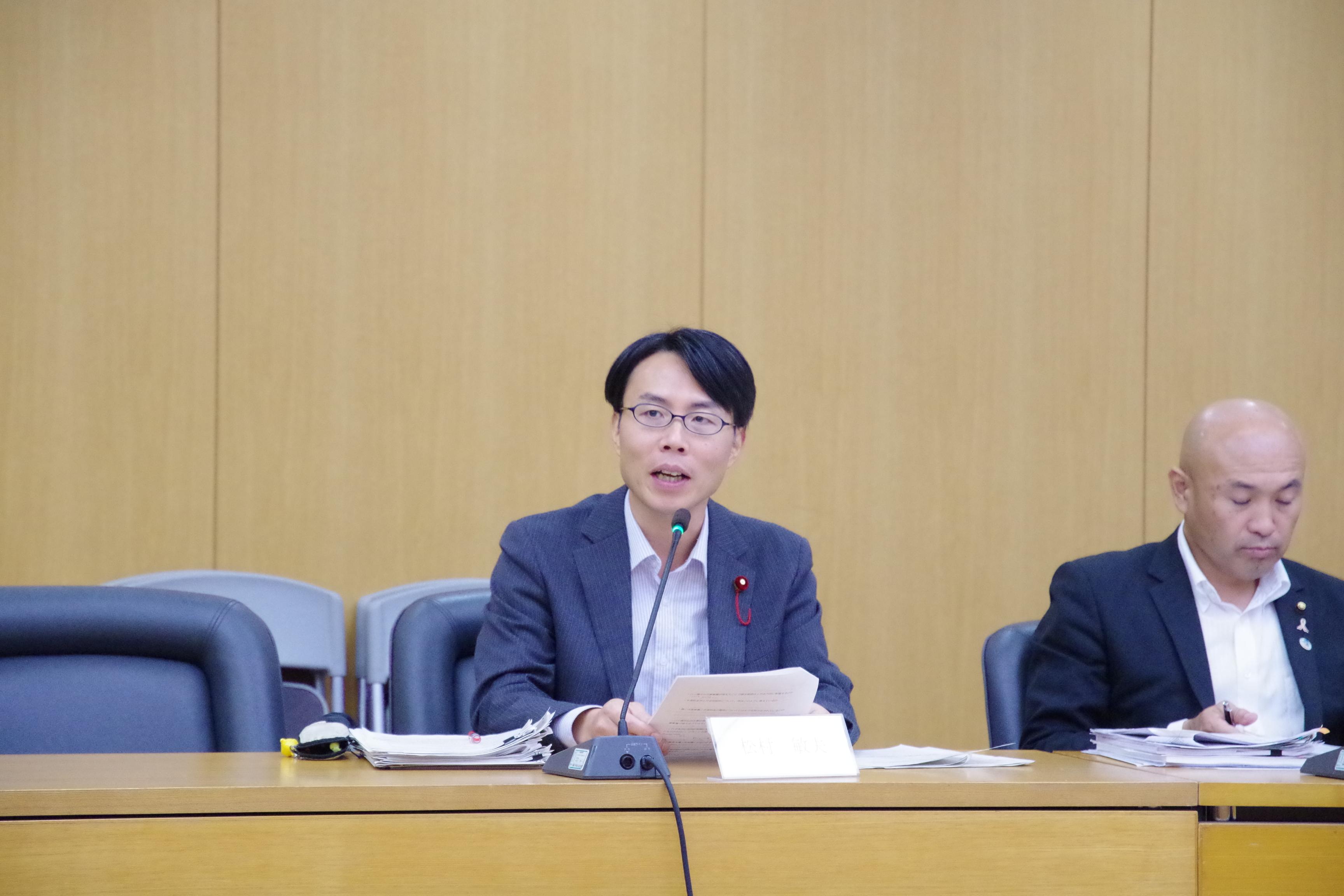 まちづくり委員会にて議案外質問をおこなう松村としお市議
