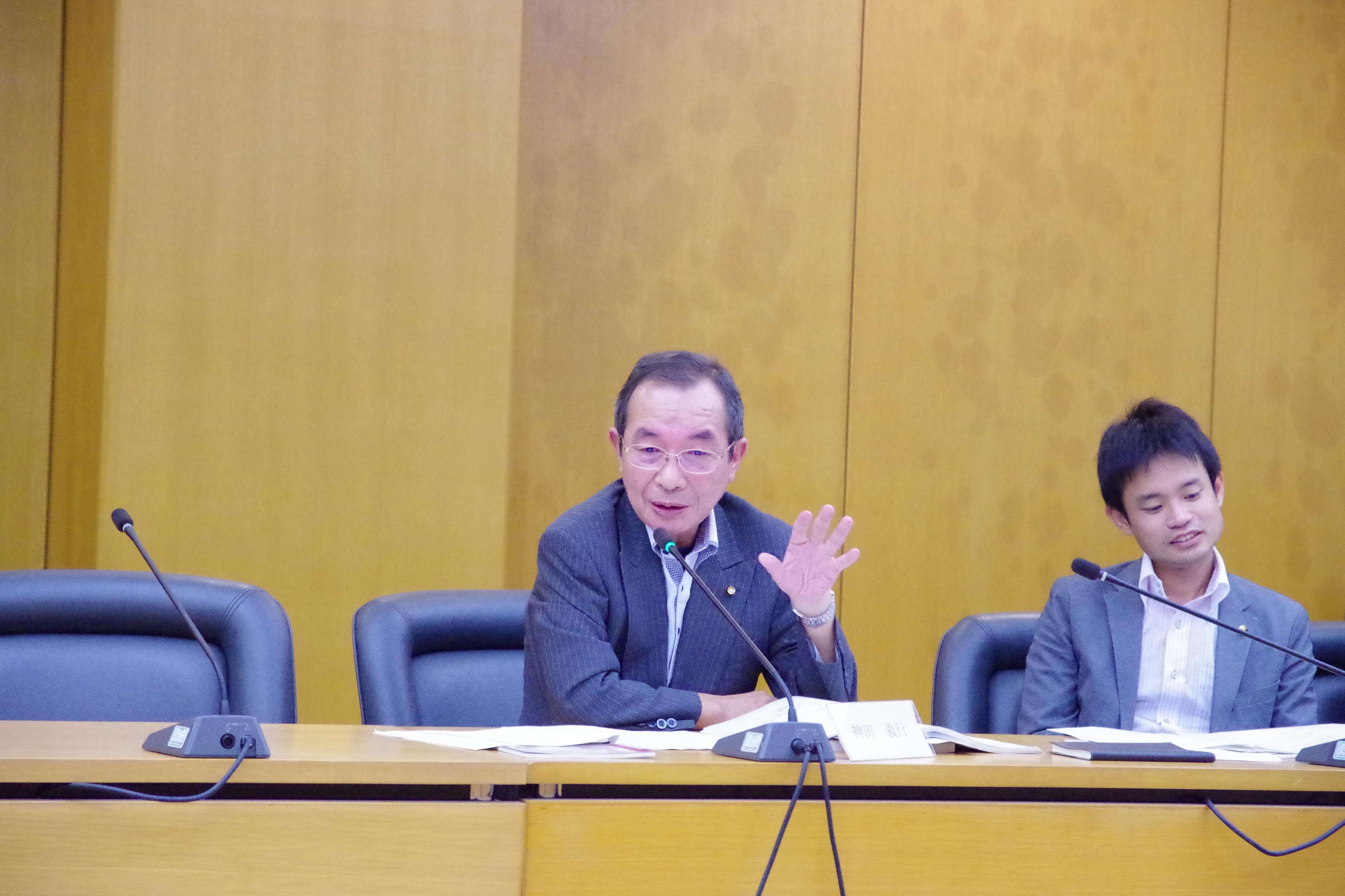 総合政策委員会にて議案外質問をおこなう神田よしゆき市議