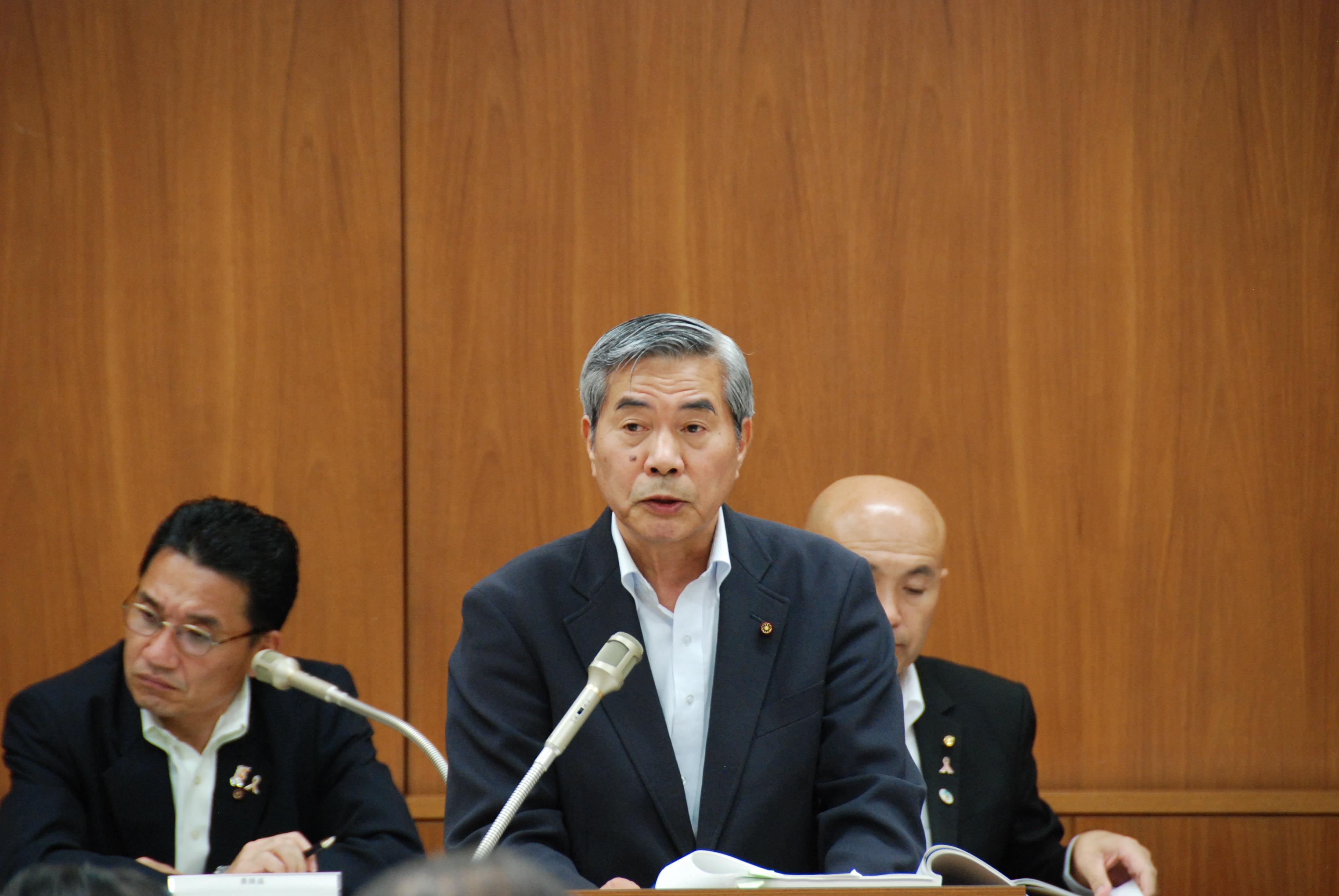 決算委員会にて市民負担について質疑を行う山崎あきら市議