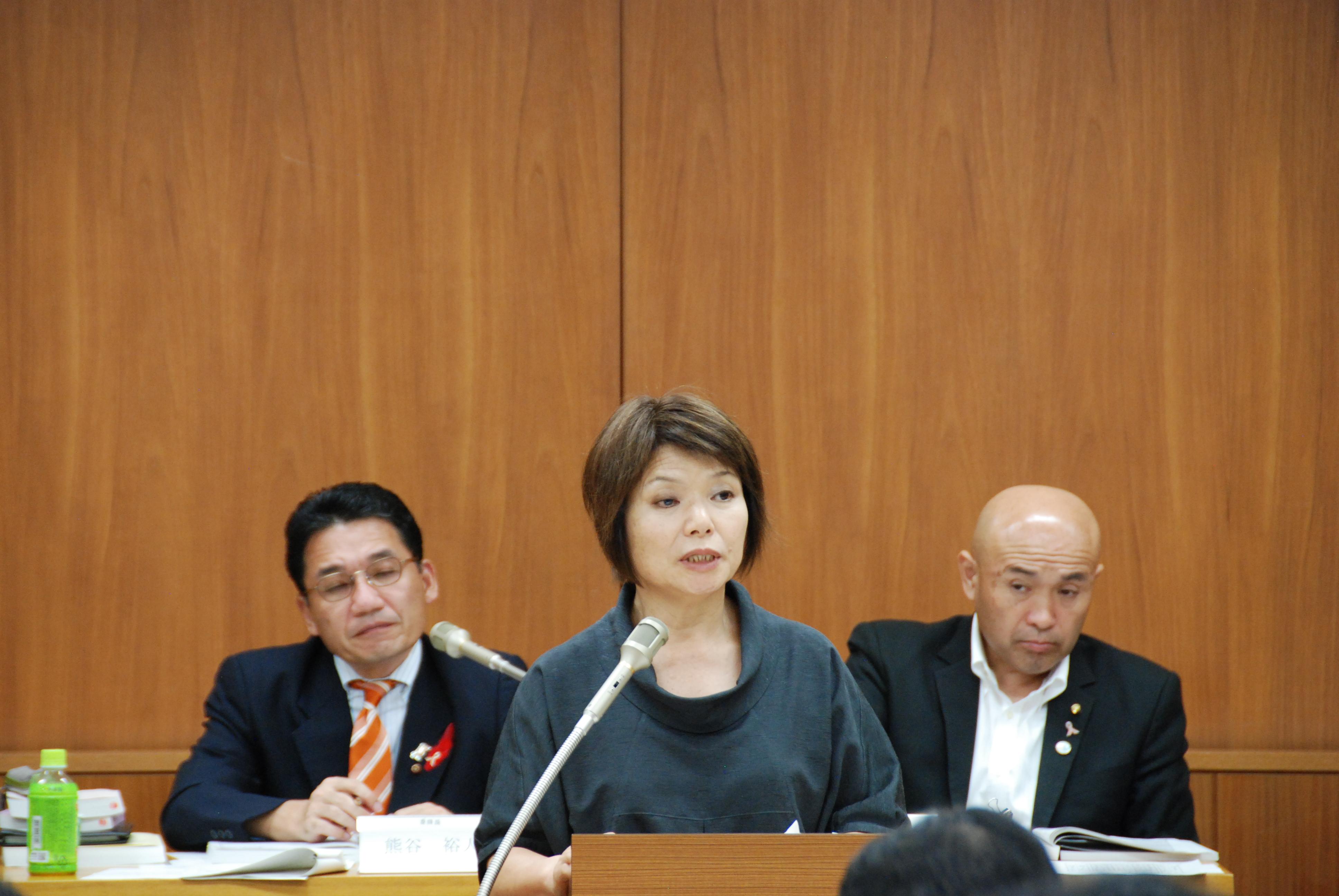 決算委員会にて、総合政策委員会関連の質疑をおこなう戸島よし子市議