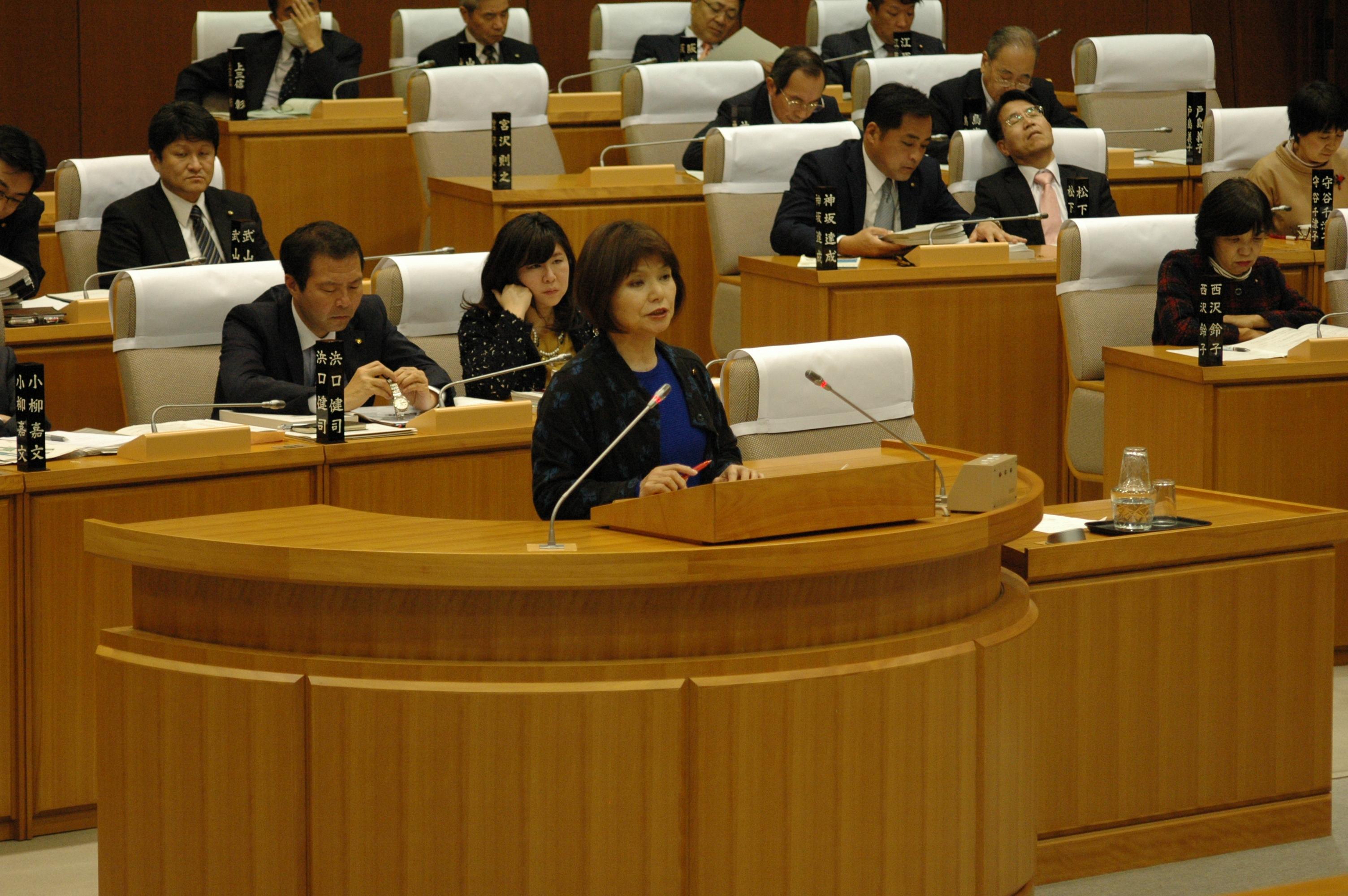 本会議にで、議案に対する質疑をおこなう戸島よし子市議