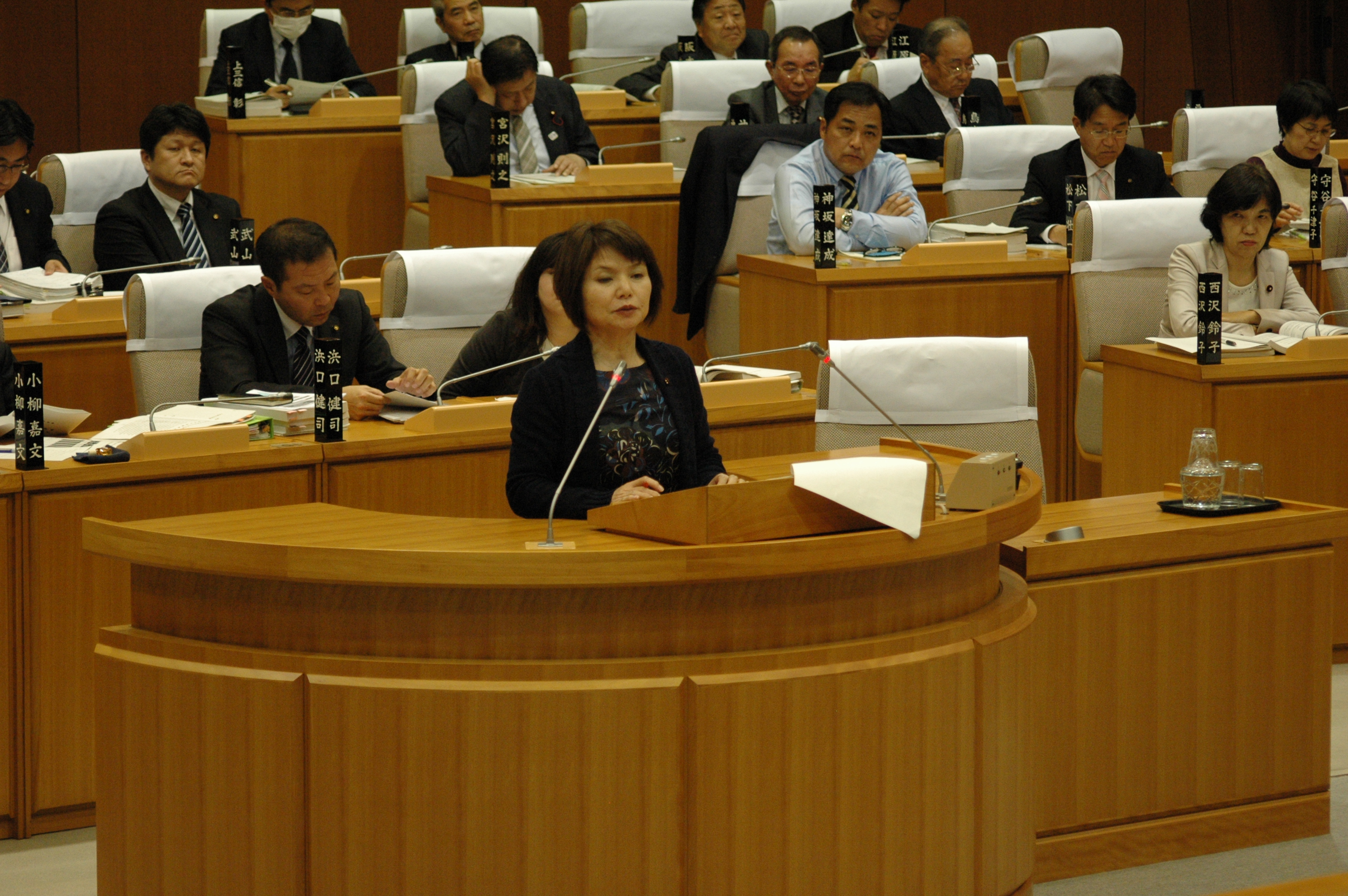 本会議にて、予算議案に対する質疑をおこなう戸島よし子市議