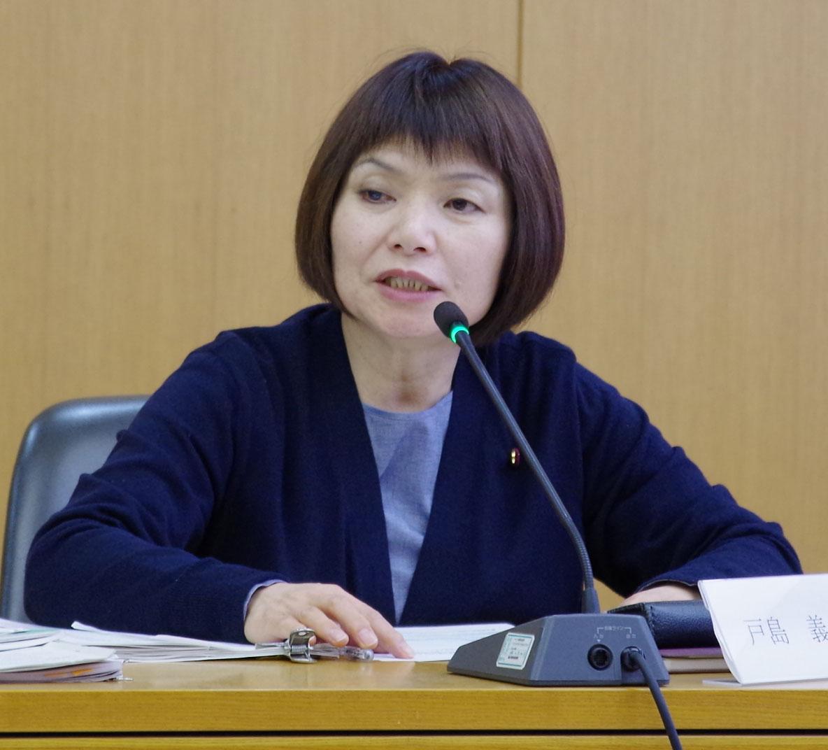 委員会で質疑する戸島市議