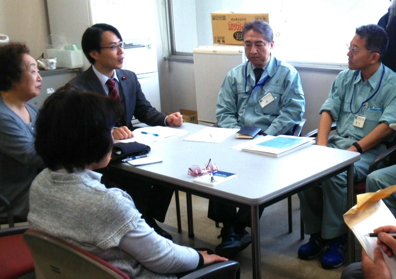 懇談に同席する松村としお市議(右から3人目)