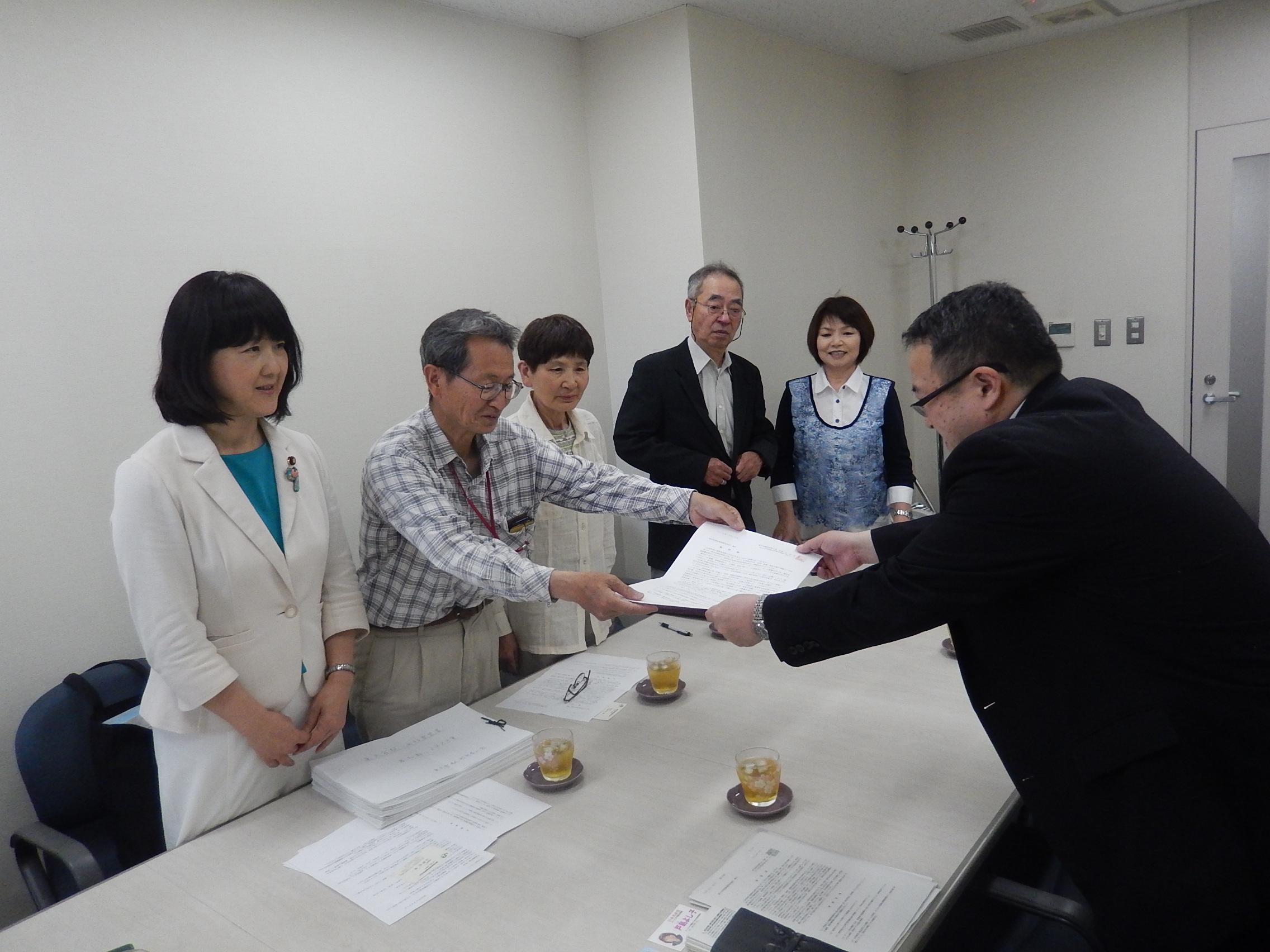 要望書を提出する「東大宮駅利用者の会」のみなさんと戸島市議(右から2人目)