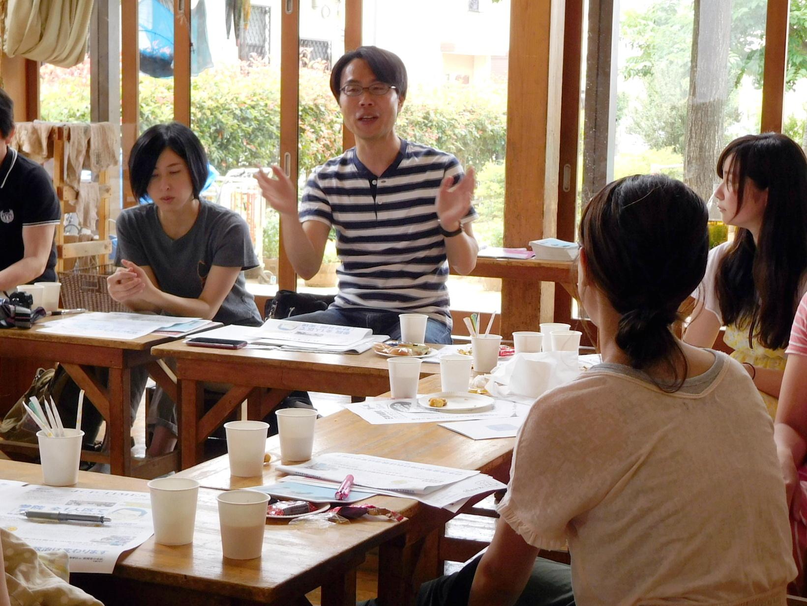 市政懇談会で市政の状況を報告する松村としお市議