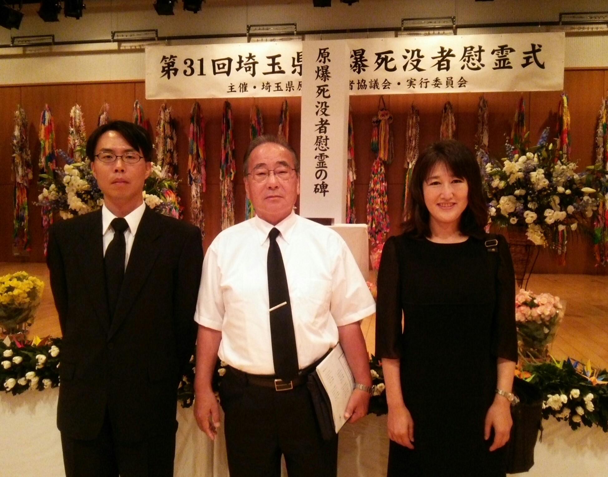 慰霊式に出席した(左から)松村、とりうみ、久保の各市議