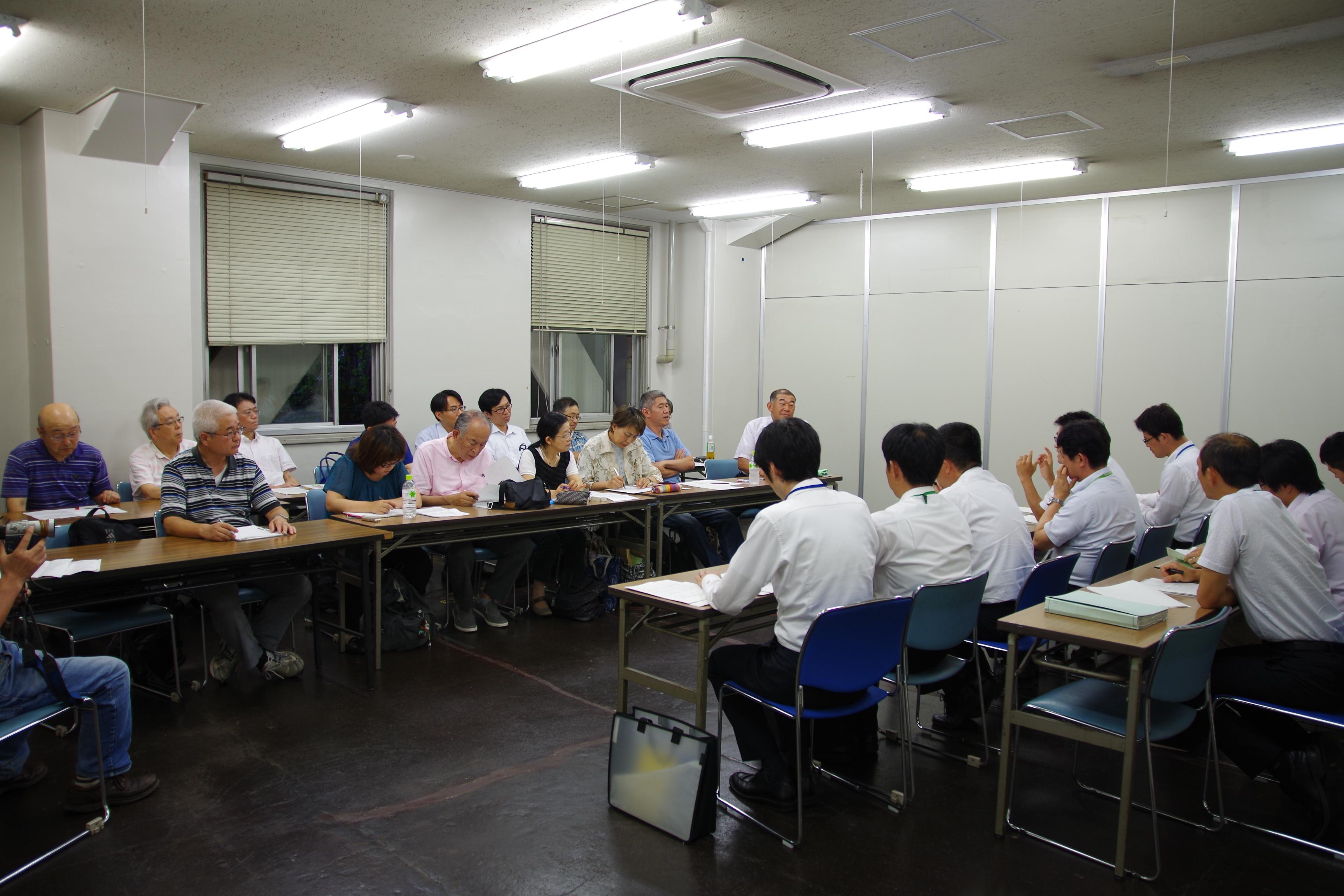 懇談に参加する松村市議(後列左から5人目)