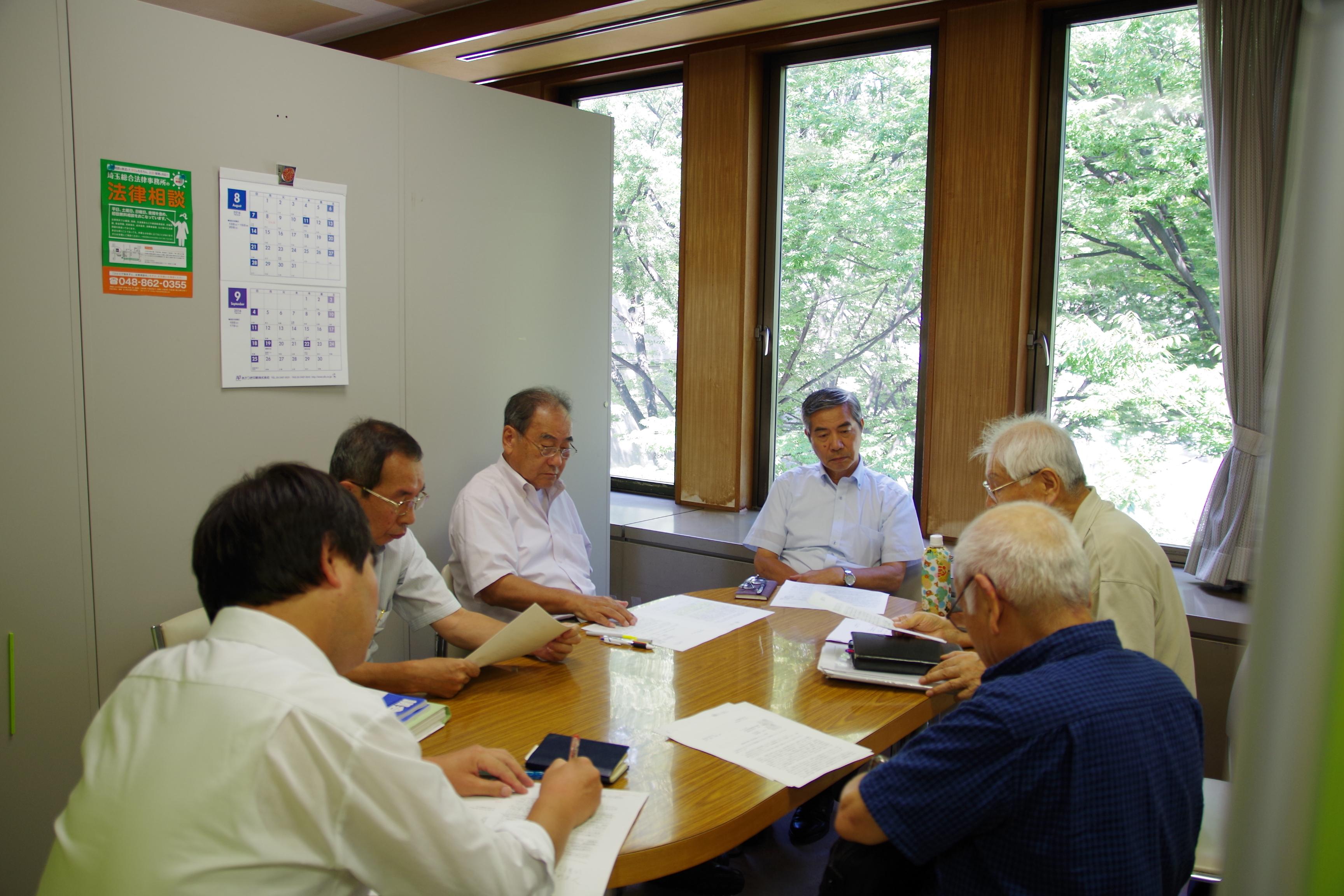 懇談に参加する(左から)大木、神田、とりうみ、山崎の各市議
