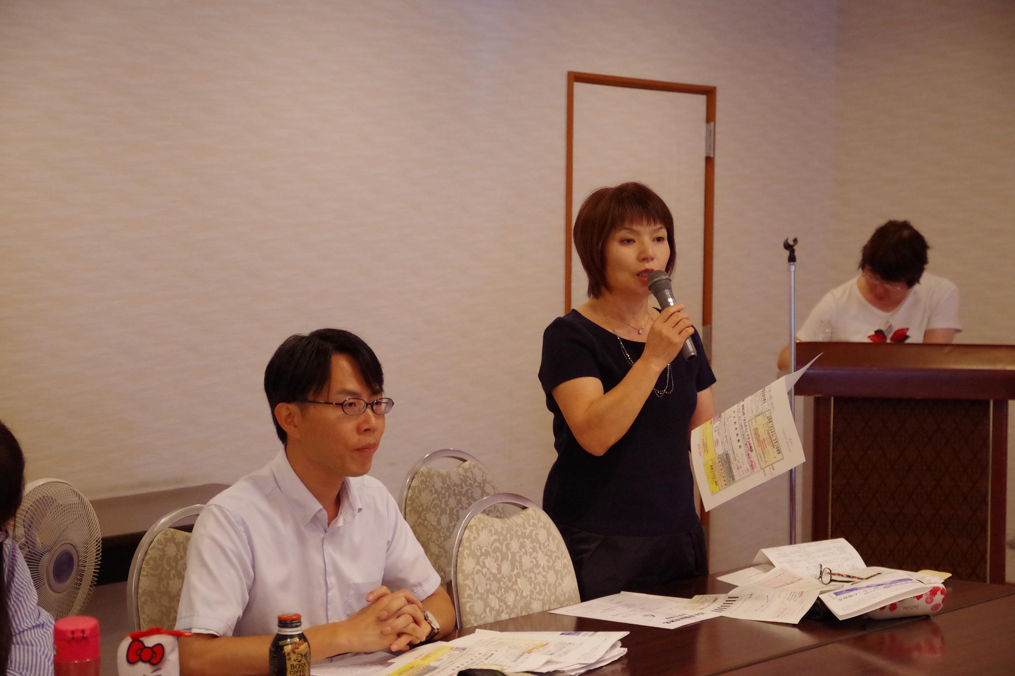視察の報告をする戸島市議(右)と松村市議(左)